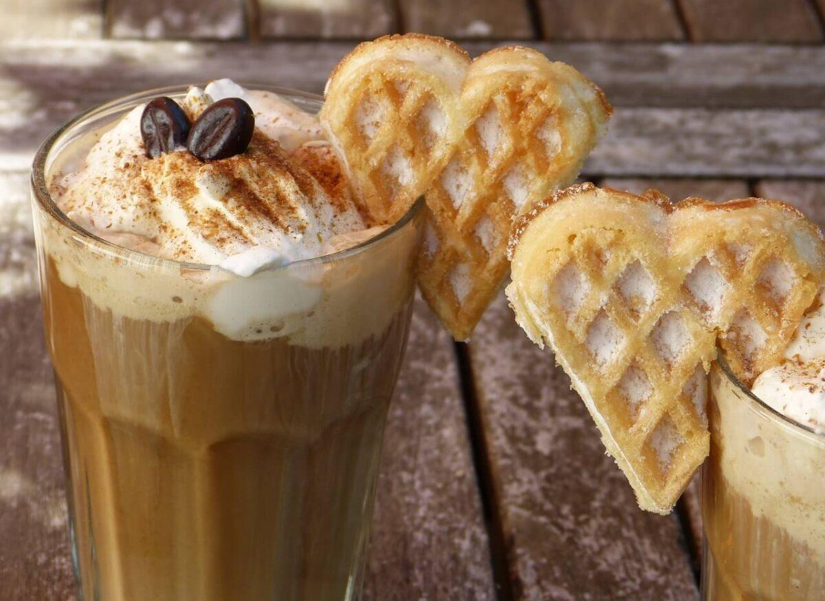 Deser kawowy na zimno – inspiracje na upalne dni